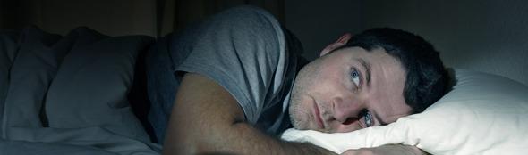 De oorzaken en oplossingen voor overvloedig zweten in bed